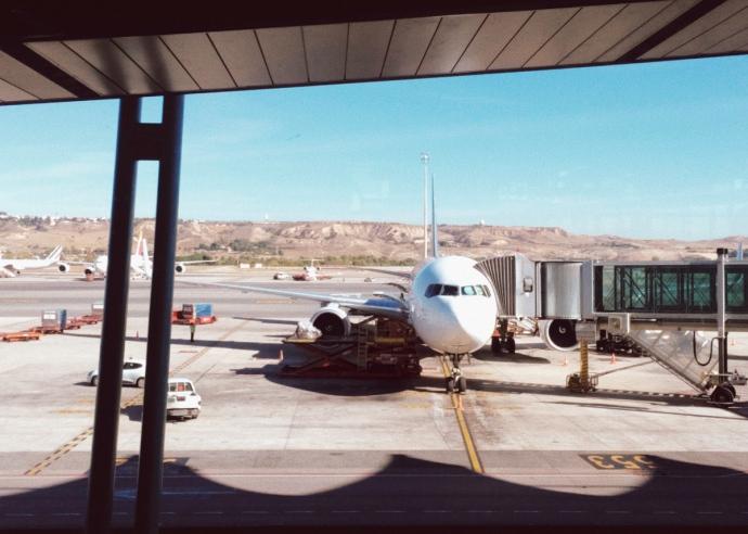 Avion en terminal del aeropuerto de Barcelona el Prat